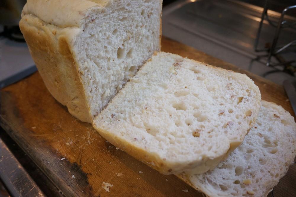アーモンド入りパンを切ったところ