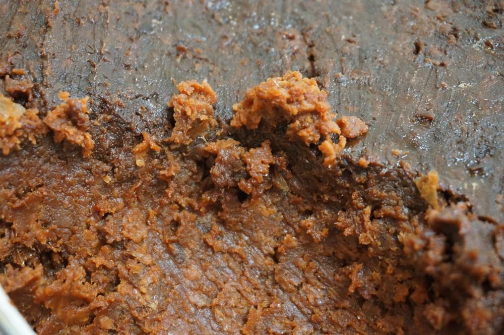 小分け中の麦麹味噌